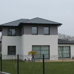 couverture en joints debouts en zinc noir d'une maison neuve